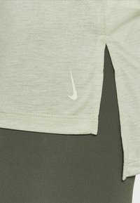 Nike Performance - YOGA LAYER TANK - Funkční triko - celadon heather/olive aura - 4