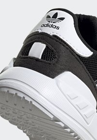 adidas Originals - LA TRAINER LITE SHOES - Sneakersy niskie - core black/ftwr white/core black - 8