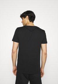 Tommy Hilfiger - LARGE LOGO TEE - T-shirt imprimé - black - 2