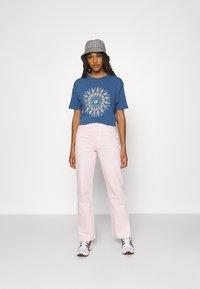 BDG Urban Outfitters - SUN CHANGE TEE - Print T-shirt - navy - 1
