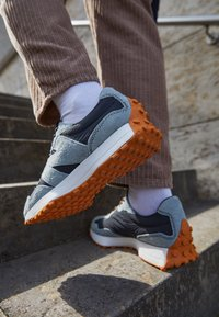New Balance - 327 UNISEX - Sneaker low - black - 2