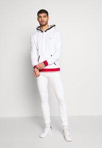 Guess - ALBAN HOODIE  - Bluza z kapturem - blanc pur - 1