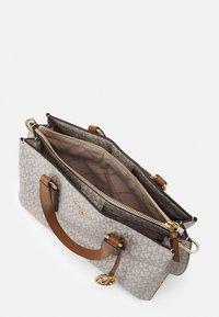 MICHAEL Michael Kors - EMMA SATCHEL - Handbag - vanilla/acorn - 4