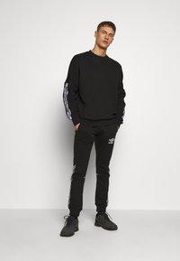 Umbro - TAPED JOGGER - Pantaloni sportivi - black - 1