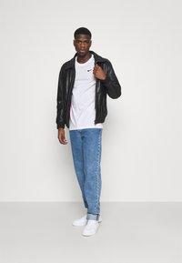 Nike Sportswear - REPEAT TEE - T-shirt med print - white/black - 1