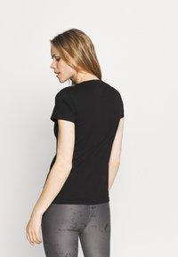 Puma - METALLIC LOGO TEE - Camiseta estampada - black/silver - 2