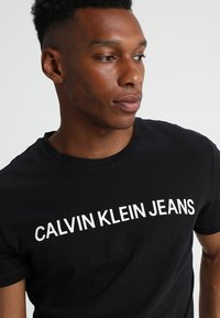 Calvin Klein Jeans - CORE INSTITUTIONAL LOGO TEE - T-shirt med print - ck black - 4