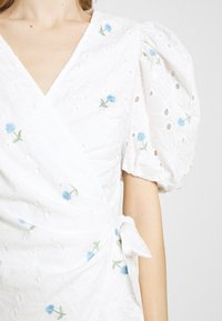 Missguided - FLORAL BRODERIE PUFF SLEEVE MINI DRESS - Kjole - white - 7
