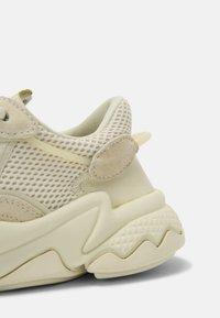 adidas Originals - OZWEEGO J UNISEX - Baskets basses - sand/white - 6