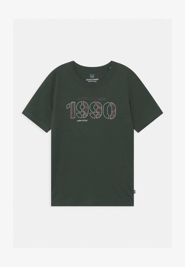 JCOCAMO CREWNECK - T-shirts med print - darkest spruce