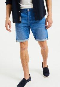 WE Fashion - Jeans Shorts - bright blue - 0