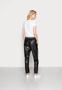 Liu Jo Jeans - PANT SPALMATO - Trousers - nero - 2