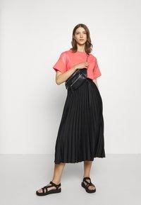 adidas Originals - T-shirts med print - magic pink - 1
