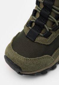 Columbia - CHILDRENS FLOWBOROUGH MID - Hiking shoes - nori/tangy orange - 5