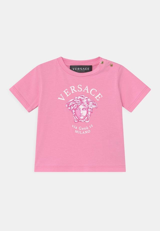 SHORT SLEEVES VIA GESSU  - Print T-shirt - pink/white/fuxia