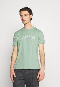 Calvin Klein - FRONT LOGO 2 PACK - T-shirt med print - green - 3