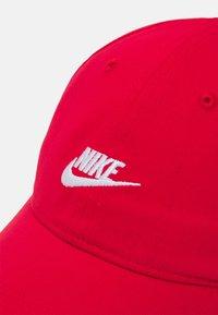 Nike Sportswear - FUTURE CURVE BRIM UNISEX - Kšiltovka - university red - 3