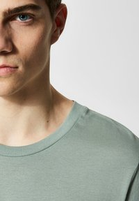 Selected Homme - SLHTHEPERFECT ONECK TEE  - T-shirt basic - green middle - 3