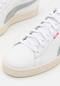 Puma - BASKET CLASSIC XXI RE.GEN UNISEX - Tenisky - white/glacial blue - 7