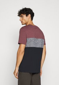 TOM TAILOR - CUTLINE - T-shirt med print - dusty wildberry red - 2