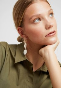 sweet deluxe - FEHMKE - Earrings - gold-coloured/weiß - 1
