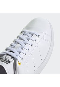 adidas Originals - STAN SMITH - Sneaker low - ftwwht/cblack/yellow - 9