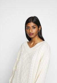 Fashion Union Petite - QUINCE - Strikket kjole - cream - 2
