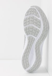 Nike Performance - Juoksukenkä/neutraalit - white/metallic silver/pure platinum - 4