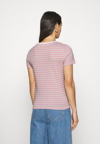 Levi's® - BABY TEE - T-shirts print - pearl poppy red - 2