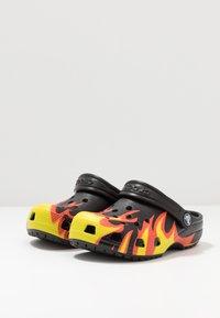 Crocs - CLASSIC FLAME BROILED - Pool slides - black - 3