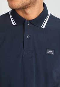 Alpha Industries - TWIN STRIPE NEW - Poloshirt - navy/white