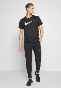 Nike Performance - BREATHE RUN - Camiseta estampada - black - 1