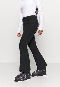 Roxy - CREEK SHORT - Zimní kalhoty - true black - 0