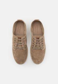 Pompeii - Sznurowane obuwie sportowe - moss - 3
