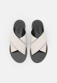 TWINSET - CIABATTINA  - Pantofle - neve - 5