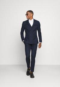Isaac Dewhirst - THE FASHION SUIT PEAK WINDOW CHECK - Suit - dark blue - 1