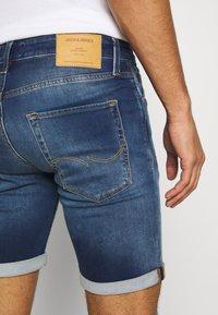 Jack & Jones - JJIRICK JJICON - Shorts vaqueros - blue denim - 5