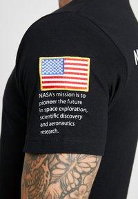 Mister Tee - NASA INSIGNIA LOGO FLAG TEE - Print T-shirt - black - 3
