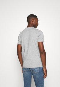 Tommy Hilfiger - STRIPE TEE - T-shirt z nadrukiem - grey - 2