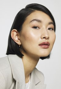 Astrid & Miyu - MYSTIC DROP GEM HOOPS - Earrings - gold-coloured - 1