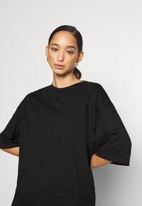 Monki - CISSI TEE - T-shirts med print - black dark - 4