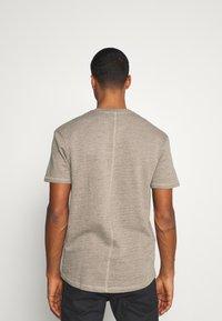 Jack & Jones - JORDARKNESS TEE CREW NECK - T-shirt basic - crockery - 2