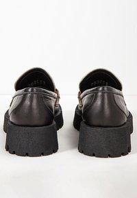 Inuovo - Slip-ons - black-beige bbg - 4