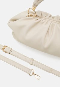 Pieces - PCPIPPA CROSS BODY - Handbag - cloud dancer/gold - 3