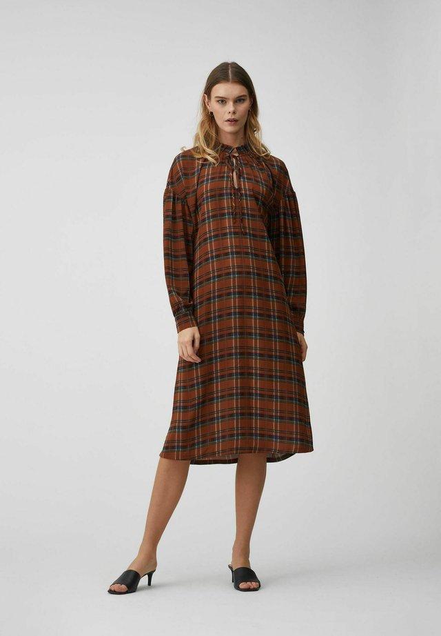 KRISTINA - Korte jurk - brown