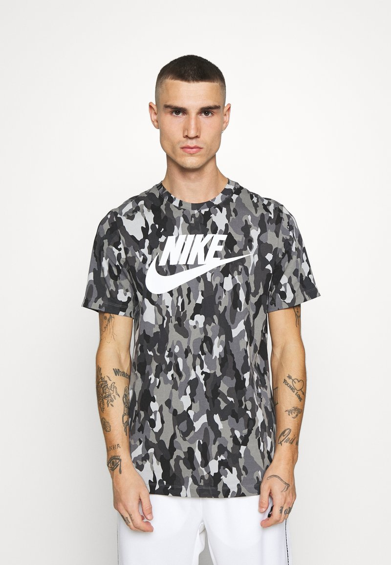 Nike Sportswear - TEE CLUB - T-shirt med print - smoke grey/cool grey/iron grey/white