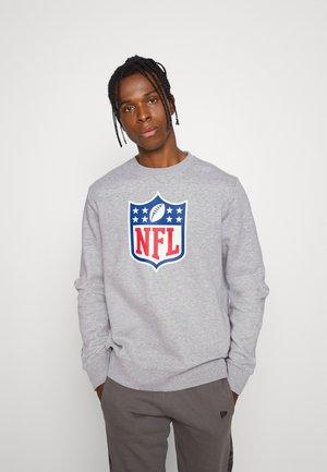 NFL MID ESSENTIALSPRIMARY COLOUR LOGO GRAPHIC CREW - Klubové oblečení - sports grey