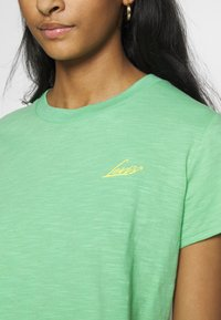 Levi's® - GRAPHIC SURF TEE - T-shirts med print - absinthe green - 4
