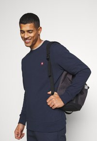 Jack & Jones - JJEBADGE CREW NECK  - Collegepaita - navy blazer/brick red - 3