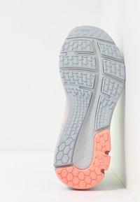 ASICS - GEL-PULSE 11 LS - Zapatillas de running neutras - piedmont grey/sun coral - 4